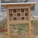 Grosses Wildbienenhaus mit drei Ebenen